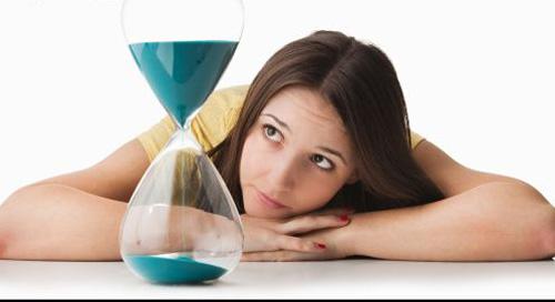 mujer pensando reloj de arena tiempo