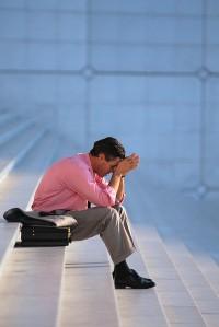 hombre escaleras sentado tristeza