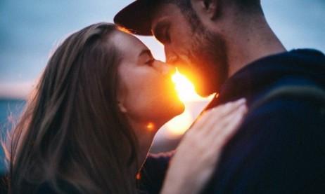 pareja besandose