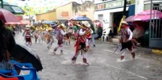 danzantes bajo la lluvia