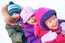 niños con abrigo