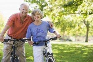 bicicleta vejez hombre mujer Ejercicio-Fisico-Tercera-Edad