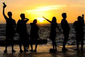 familia en el mar puesta del sol