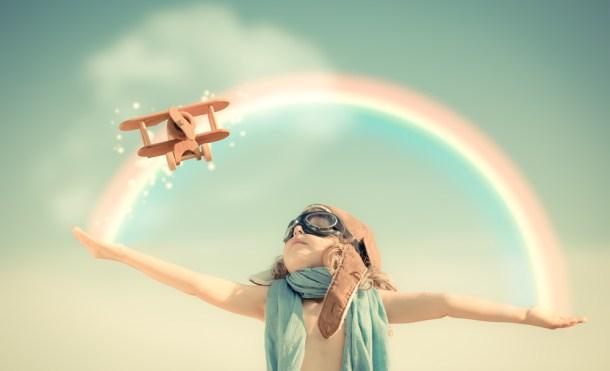 niña arco iris avioneta