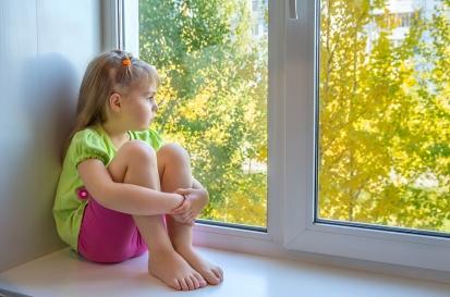 niña triste ventana
