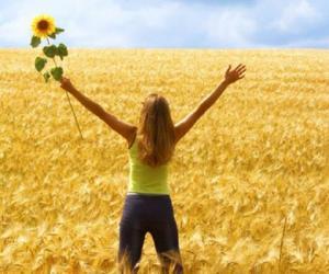 mujer pasiaje campo flores