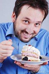 hombre comiendo pastel