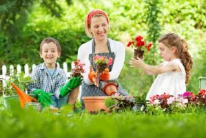 jardineria familia niños mujer plantas flores