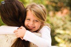 mama hija niña mujer abrazo