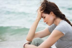 mujer triste playa