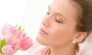 mujer flor oler-bien-todo-el-dia_z5mxh