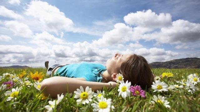 vivir-feliz descansar mujer flores campo paisaje