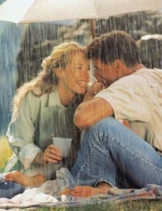 alegria pareja lluvia