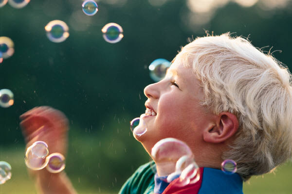 niño burbujas