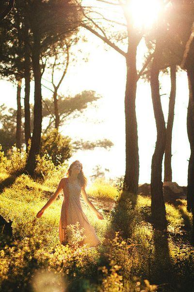 mujer-plenitud bosque