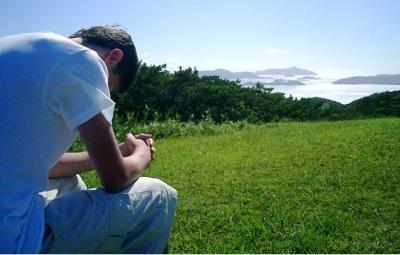 orar hombre paisaje